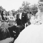 le marié regarde sa belle future femme