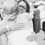 la marié étreint son amie invitée