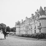 les mariés marchent vers le lieu de réception