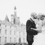 les mariés s'embrassent devant le château