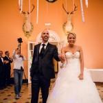 les mariés entrent dans la salle du château d'Esclimont