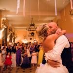 les mariés s'embrassent après leur première danse