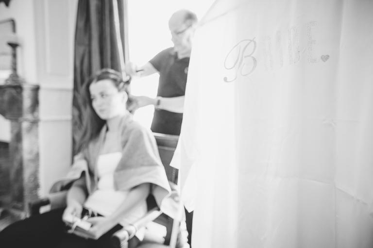 photo de mariage pendant la coiffure