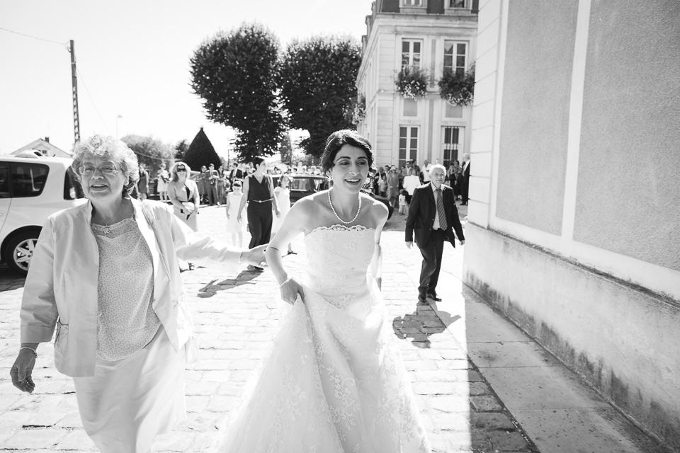 mariée arrivant à la mairie