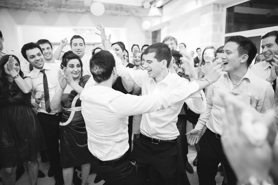 les hommes du mariage dansent