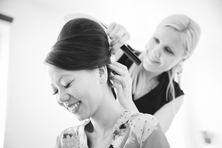 mariée en train de se faire coiffer