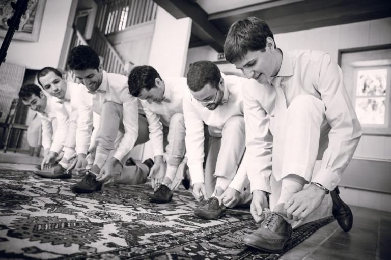 le marié et ses témoins lacent leurs chaussures