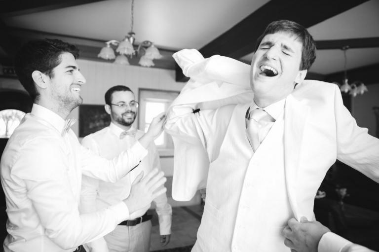 le marié passe sa veste