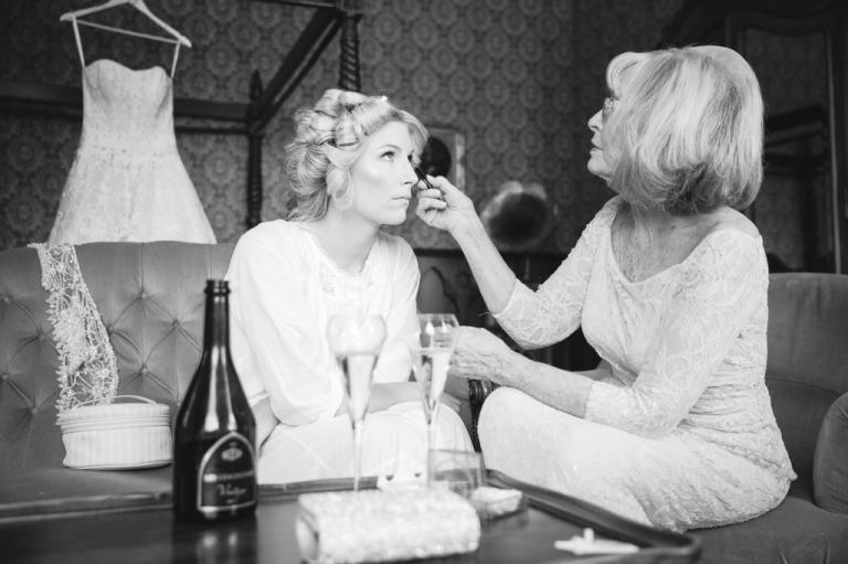 la mariée se fait maquiller par sa maman