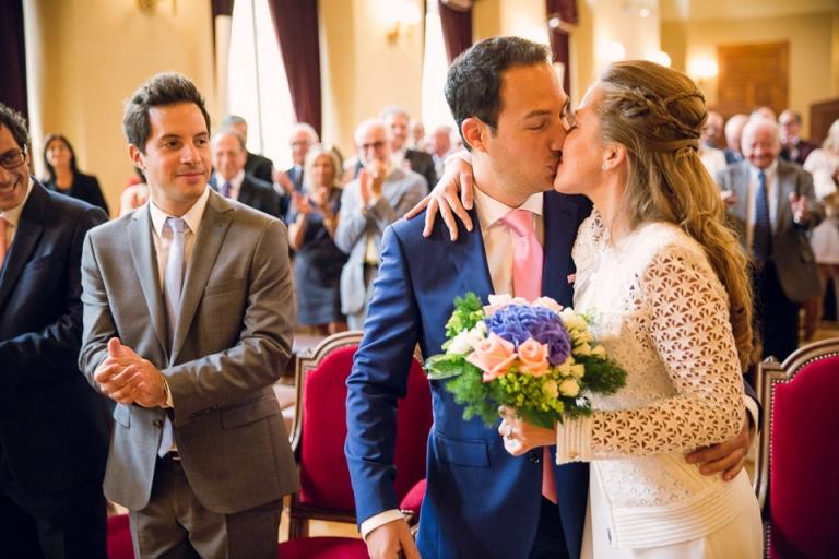 les mariés s'embrassent à la mairie du 15eme