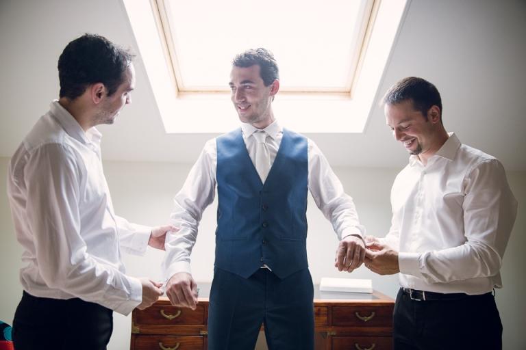 habillage du marié par ses témoins