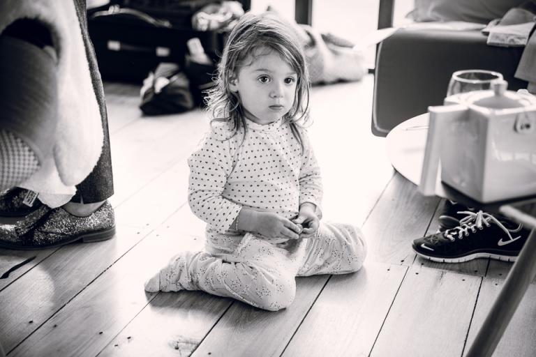 la fille de la mariée est assise par terre