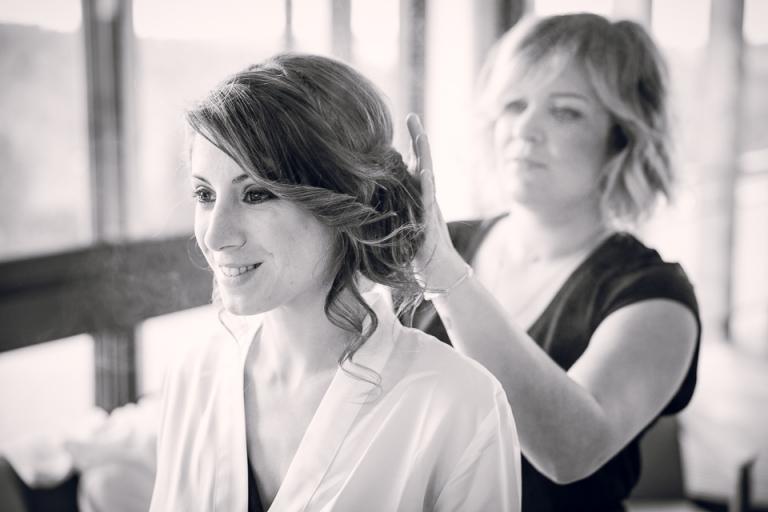 ajustement de la coiffure de la mariée